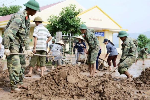 """Sư đoàn 968 của Quân khu 4 giúp dân khắc phục hậu quả lũ lụt - hình ảnh thường xuất hiện nhiều hơn hẳn so với lực lượng """"công an nhân dân""""."""