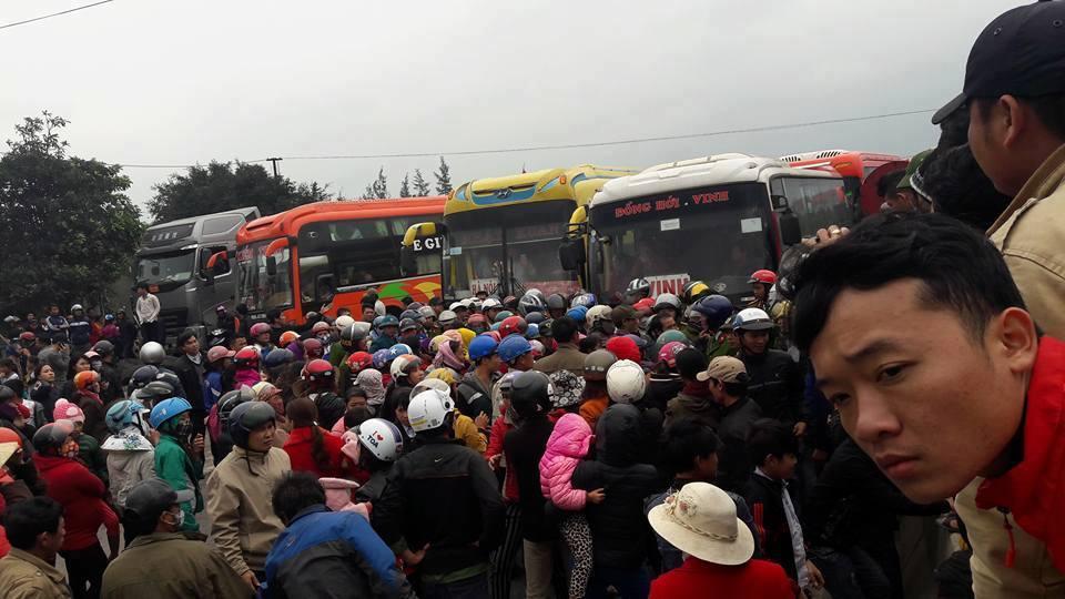 Ảnh: người dân Quảng Châu, Quảng Trạch, Quảng Bình biểu tình chặng Quốc lộ 1A trưa nay 27 tháng 02