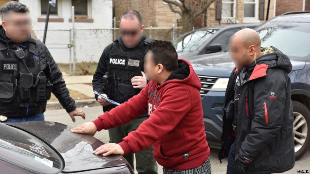 Các lực lượng chức năng tiến hành bắt giữ người nhập cư trái phép.
