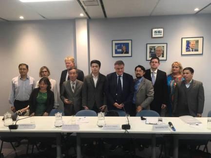 Đại diện các tổ chức XHDS gặp phái đoàn EU. Ảnh: Phạm Đoan Trang