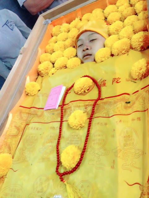 Thi thể em Phùng Viết Quân trong ngày an táng (ảnh: Facebook Mai Hong)