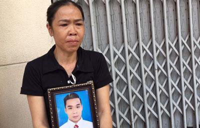 Bà Nguyễn Thị Ái ôm di ảnh con trai, anh Phạm Ngọc Nhung. Bà Nguyễn Thị Ái ôm di ảnh con trai, anh Phạm Ngọc Nhung.