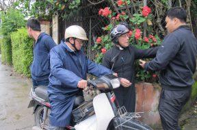 Linh mục Phan Văn Lợi bị công an chặn thô bạo tại nhà