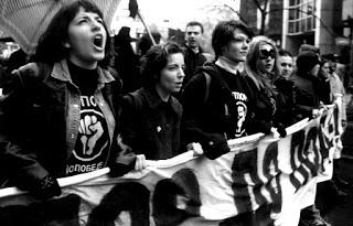 Các thành viên Otpor! trong một cuộc biểu tình. Nguồn: Internet.