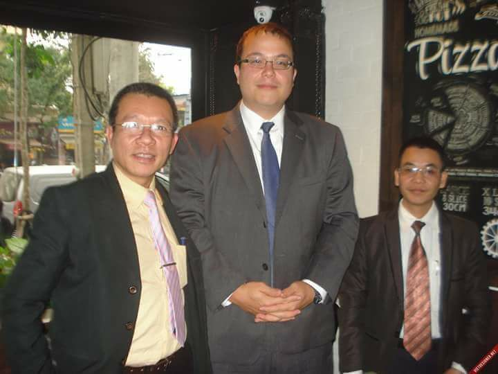 Anh Vũ Quang Thuận ngoài cùng bên trái và anh Nguyễn Văn Điển ngoài cùng bên phải