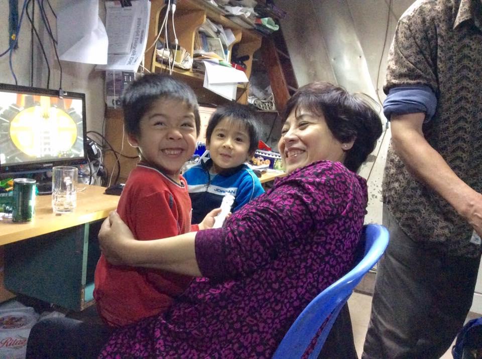 Cô Nguyễn Thúy Hạnh đến thăm các bé Phú- Tài, con chị Thúy Nga