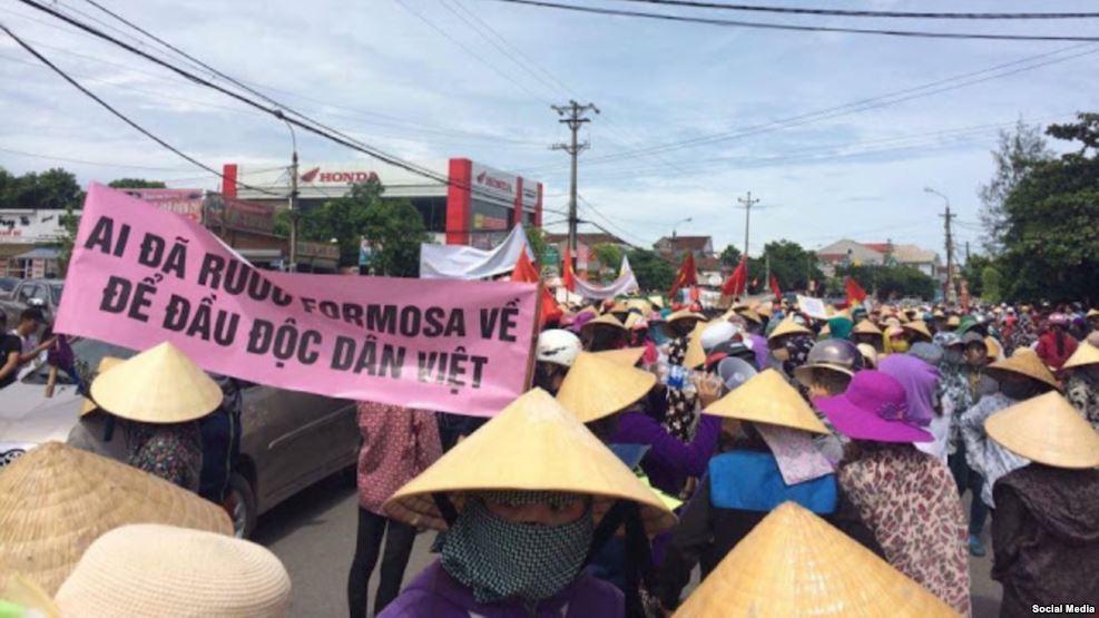 Người dân Kỳ Anh, Hà Tĩnh tuần hành phản đối hành vi xả thải gây