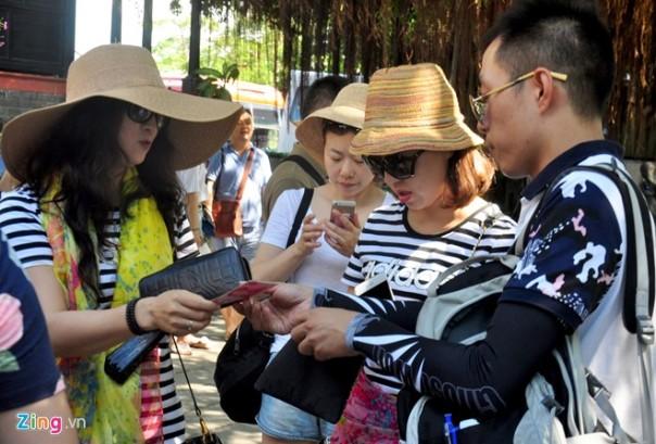 Khách Trung Quốc công khai sử dụng đồng nhân dân tệ, công khai đốt cả tiền Việt Nam khiến dư luận vô cùng bức xúc