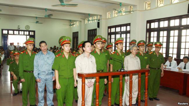 Ông Đoàn Văn Vươn bị xét xử trong vụ án xung đột về đất đai với chính quyền địa phương ở Hải Phòng.