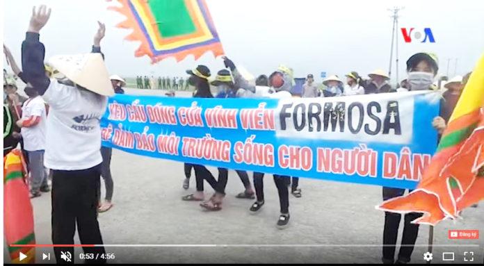 """Video clip trên YouTube của công ty Google về những cuộc biểu tình chống Fomosa ở Hà Tĩnh hủy hoại môi trường bị nhà cầm quyền CSVN liệt vào loại thông tin """"xấu độc."""" (Hình: YouTube)"""