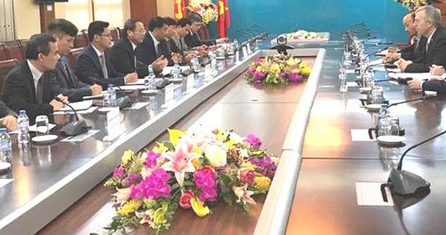 """Bộ Trưởng TT&TT Trương Minh Tuấn (giữa, bên trái) ép đại sứ Hoa Kỳ tại Việt Nam Ted Osius (phải) """"tác động"""" Google, Facebook. (Hình: VietNamNet)"""