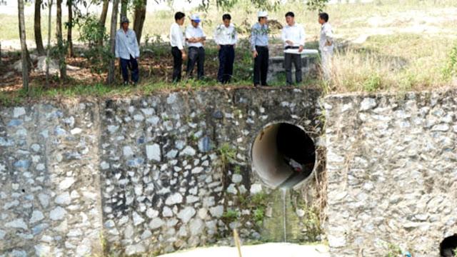 Ảnh: Cống xả của khu công nghiệp Bàu Bàng vào hồ Từ Vân.