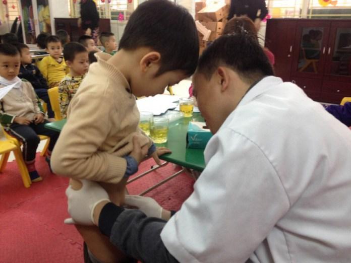 Sàng lọc bất thường về bộ phận sinh dục cho bé trai tại các trường mầm non, mẫu giáo ở quận Hoàn Kiếm. (Hình: Lao Ðộng Thủ Ðô)