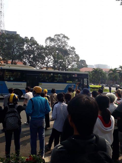 Người biểu tình ôn hoà bị bắt đưa lên xe bus. Ảnh bạn đọc Danlambao