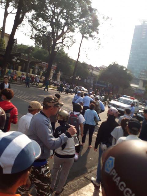 Cận cảnh những người mang áo màu xanh (TNXP -nv) đã lao vào để bắt người biểu tình ôn hoà. Ảnh Bạn đọc Danlambao.