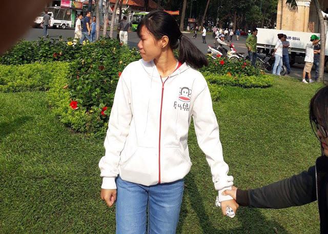 Một cô gái trẻ khóc nức nở khi thấy nhiều người biểu tình ôn hoà đánh bắt đi. Ảnh bạn đọc Danlambao