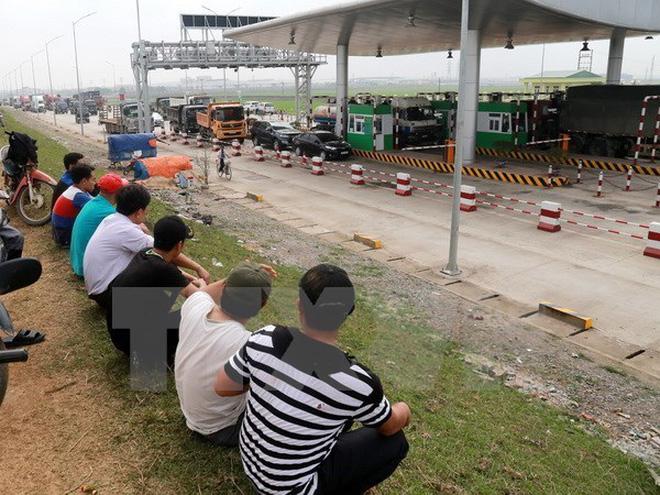 Nhiều xe ôtô dừng trước trạm thu phí Tam Nông. (Ảnh: Trung Kiên/TTXVN)