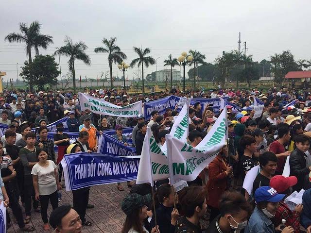 Image result for Hơn 5.000 người biểu tình vây chiếm UBND Lộc Hà