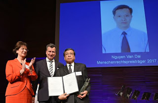 Từ trái sang: bà Dân biểu Quốc hội CHLB Đức Marie-Luise Dött, ông Chủ tịch Liên đoàn Thẩm phán Đức Jens Gnisa và ông Vũ Quốc Dụng - người đại diện của LS Nguyễn Văn Đài