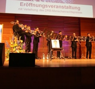 Buổi lễ trao giải diễn ra rất trang trọng. Mở đầu chương trình là biểu diễn nhạc cổ điển. Ghế trống biểu tượng sự có mặt của LS Đài