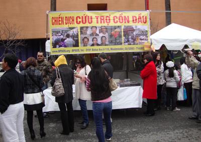 Quầy thông tin về Chiến Dịch Cứu Cồn Dầu tại Hội Xuân San Jose, ngày 19/02/2011