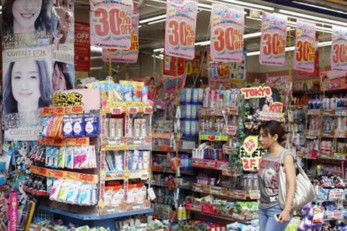 Một hàng mỹ phẩm giảm giá tại Tokyo, Nhật Bản. Ảnh: The Star