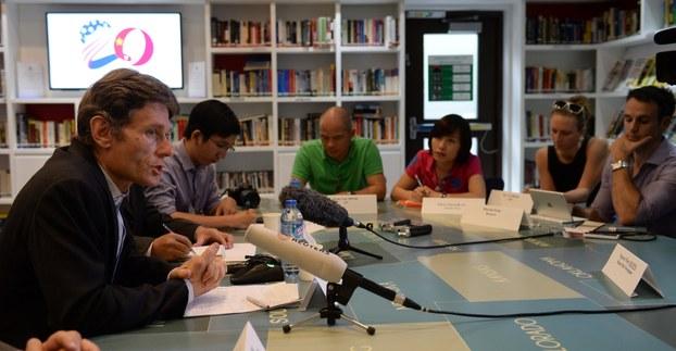 Trợ lý Ngoại trưởng Mỹ, Tom Malinowski (trái), tiếp xúc phóng viên trong chuyến đến Hà Nội đối thoại về nhân quyền, ngày 11/5/2015.