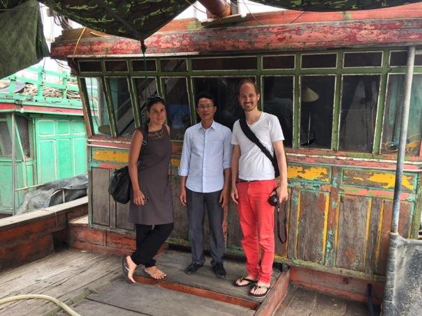 Hai phóng viên Thụy Sĩ và Linh mục Nguyễn Thanh Tịnh tại Giáo xứ Cồn Sẻ, Quảng Bình.
