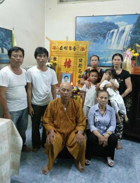 Cha mẹ, vợ con, anh em và thân nhân trước di ảnh của Ông Nguyễn Hữu Tấn
