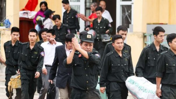 Các binh sỹ cảnh sát rời khỏi Đồng Tâm sau thời gian bị người dân địa phương nhốt giữ trong vụ việc tranh chấp giữa người dân và chính quyền gây xôn xao dư luận.