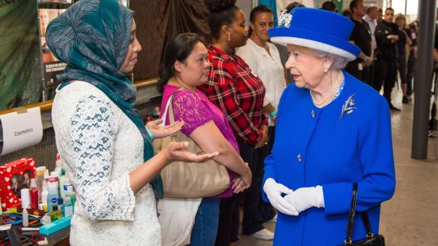 Nữ hoàng gặp người dân tại trung tâm cứu hộ khẩn cấp
