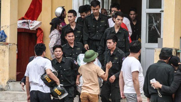 Hàng chục cán bộ và cảnh sát đã bị người dân Đồng Tâm nhốt giữ trong vụ việc gây chú ý của dư luận Việt Nam, trong và ngoài nước.
