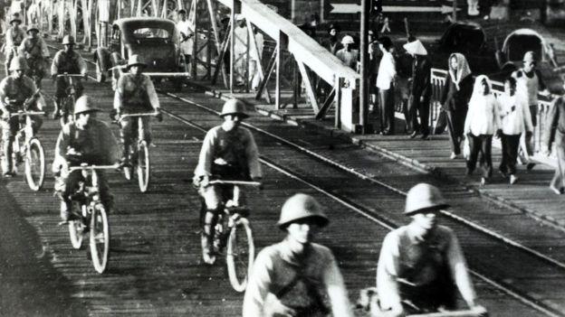 Quân Nhật đi xe đạp qua cầu Long Biên vào Hà Nội tháng 9/1941