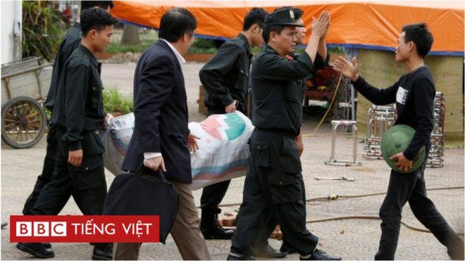 Người dân Đồng Tâm thả 38 cán bộ và cảnh sát trong vụ tranh chấp nóng bỏng giữa chính quyền, doanh nghiệp và người dân về đất đai ở địa bàn nằm không xa trung tâm thủ đô Hà Nội, cuối tháng 4/2017.