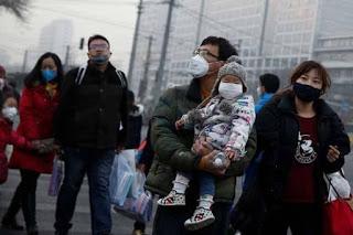 Người dân Trung Quốc ra đường là buộc phải đeo khẩu trang- Ảnh Reuters.