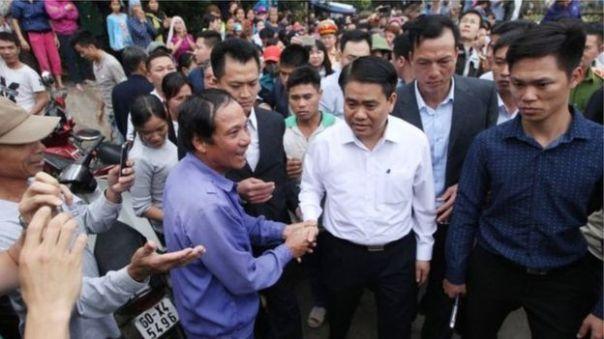 Chủ tịch Hà Nội, ông Nguyễn Đức Chung đã xuống tận địa bàn 'giải cứu' cán bộ, chiến sỹ cảnh sát, theo truyền thông Việt Nam.