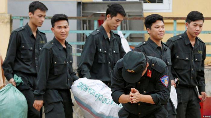 Một cảnh sát lạy tạ dân làng Đồng Tâm sau khi được phóng thích hôm 22 tháng Tư. (REUTERS/Kham)