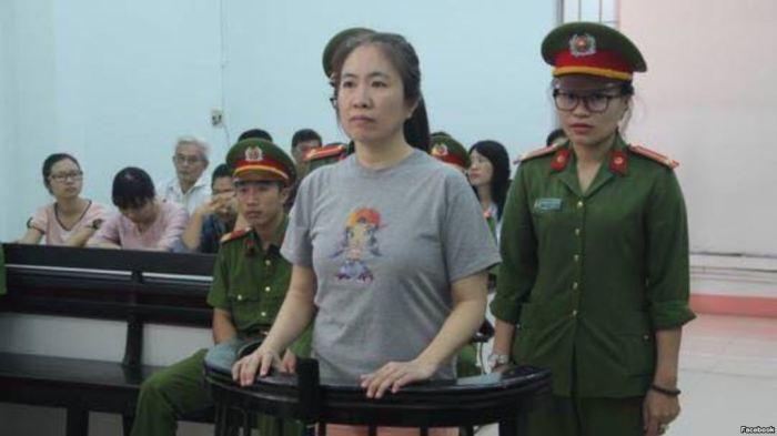 """Phiên tòa xét xử Blogger Mẹ Nấm về tội """"tuyên truyền chống nhà nước"""" diễn ra tại Tòa án Nhân dân tỉnh Khánh Hòa vào ngày 29/6/2017."""