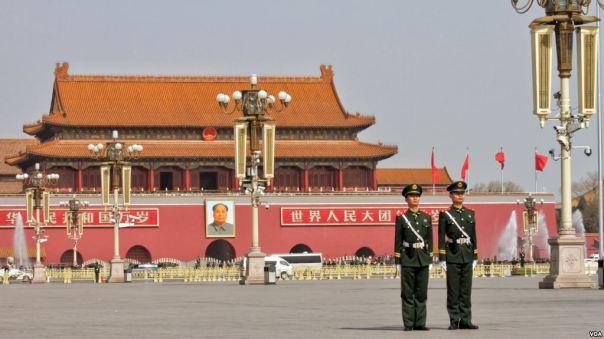 Binh sĩ Trung Quốc đứng gác ở Quảng trường Thiên An Môn