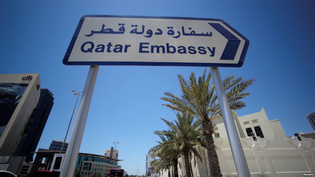 Bảng chỉ đường tới đại sứ quán Qatar ở Manama, Bahrain, ngày 5/6/2017. Bahrain là một trong những nước tuyên bố cắt đứt quan hệ với Qatar.