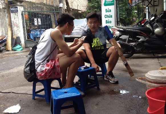 Hai em học sinh ngồi quán nước trên phố Hồng Mai. Ảnh Kiều Phong.