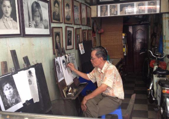 Một tiệm tranh truyền thần ở phố cổ Hà Nội- Ảnh: Kiều Phong