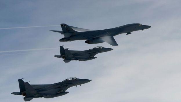 Phi cơ ném bom Lancer của Mỹ (bay trên cùng trong ảnh) cũng đã bay cùng các phi cơ Hàn Quốc trên bán đảo Triều Tiên trong cuộc tập trận chung bắn đạn thật Mỹ-Hàn hôm 8/7, vào lúc Hoa Kỳ tuyên bố sẽ dùng vũ lực quân sự, nếu cần, để chặn chương trình hạt nhân của Bắc Hàn sau khi Bình Nhưỡng thử tên lửa đạn đạo xuyên lục địa hôm thứ Ba trước đó