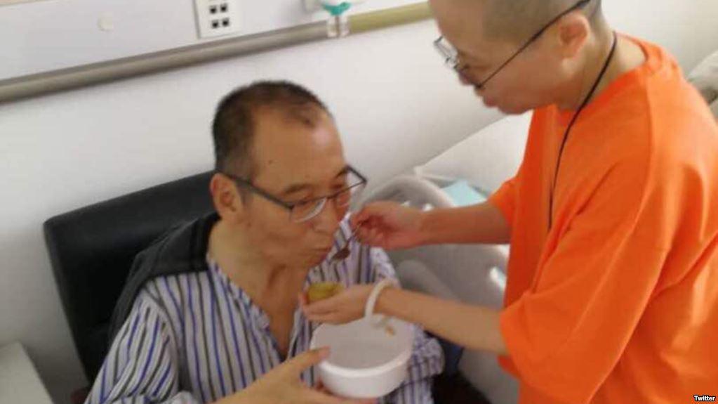 Hình ảnh xuất hiện trên mạng vào cuối tuần trước cho thấy ông Lưu Hiểu Ba dường như đang trong tình trạng ổn định.