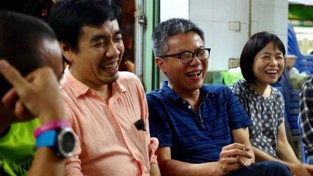GS Châu (đeo kính) thường xuyên về Việt Nam làm việc và thăm thân