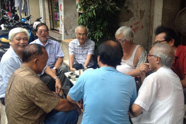 Nhà sử học Dương Trung Quốc cùng nhóm bạn uống trà ở phố Hàng Giày. Ảnh Kiều Phong.