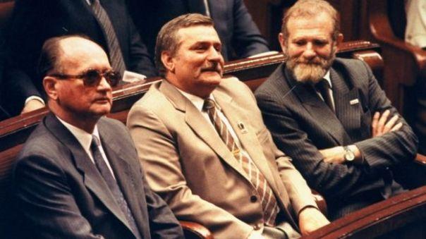 """Đại tướng cộng sản Wojciech Jaruzelski, nhà hoạt động nghiệp đoàn Lech Walesa và nhà trí thức dân chủ Bronislaw Geremek trong QH Ba Lan năm 1989. Đảng Cộng sản Ba Lan (mới) nay phê phán thỏa thuận Bàn tròn là """"phản bội lý tưởng Marxist'"""