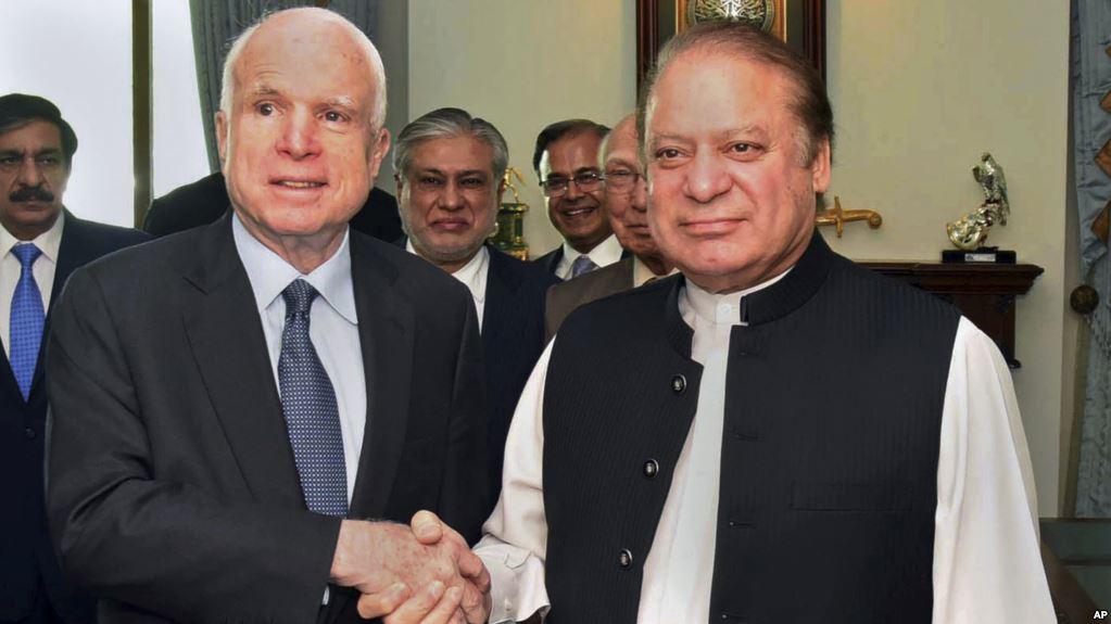 Thượng nghị sĩ John McCain, bắt tay Thủ tướng Pakistan Nawaz Sharif trước những cuộc thảo luận tại Islamabad, ngày 3/7/2017.