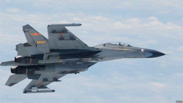 Tư liệu - Một máy bay chiến đấu SU-27 của Trung Quốc bay trên Biển Hoa Đông trong bức hình do Bộ Quốc phòng Nhật Bản công bố, ngày 11 tháng 6, 2014.
