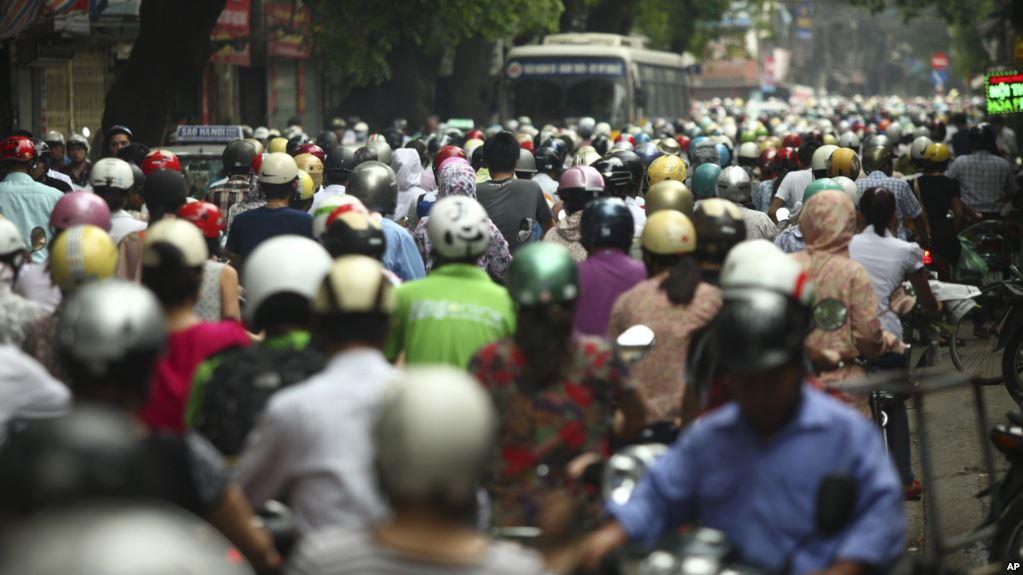 Tư liệu - Người tham gia giao thông chen chúc trên đường La Thành vào giờ cao điểm ở Hà Nội, ngày 21 tháng 5, 2012.